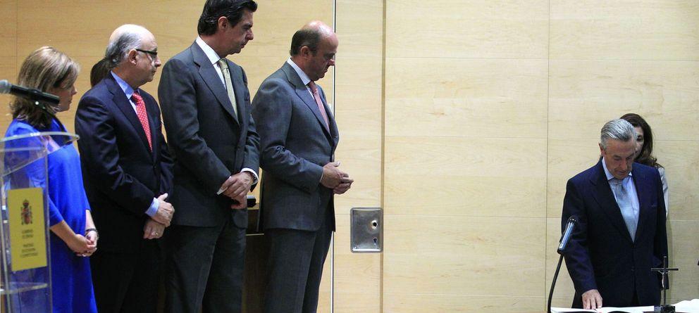 Foto: José Manuel Soria (3i), durante la toma de posesión del nuevo presidente de la CNMC, José María Marín Quemada. (EFE)