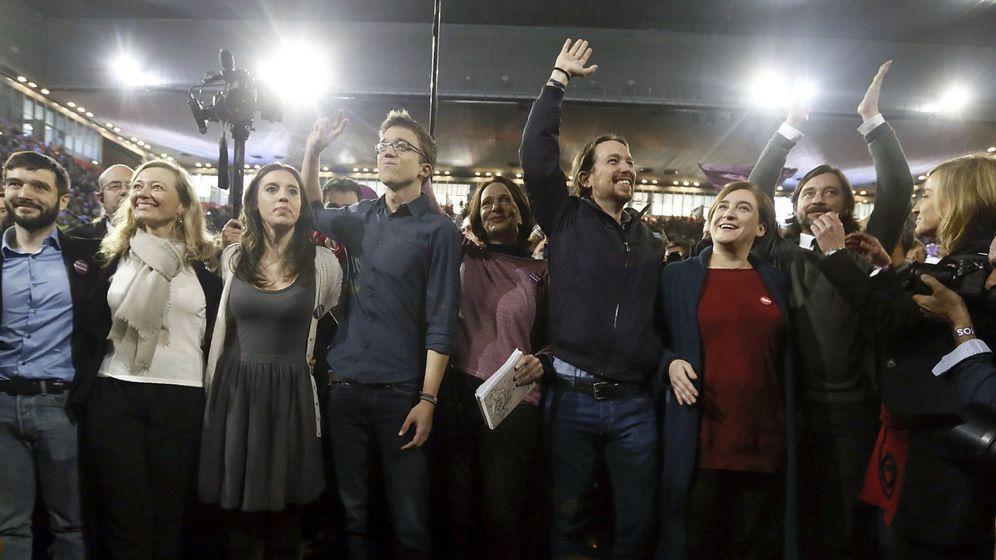 Foto: Pablo Iglesias, junto a Irene Montero, Íñigo Errejón, Carolina Bescansa, Ada Colau o Rafa Mayoral en el acto central de la campaña del 26-J. (EFE)