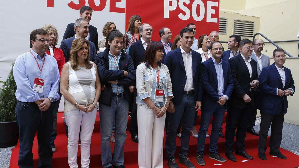 Foto: El secretario general del PSOE, Pedro Sánchez, posa en la foto de familia junto a los los 'barones' territoriales y miembros de la ejecutiva Federal. (EFE)