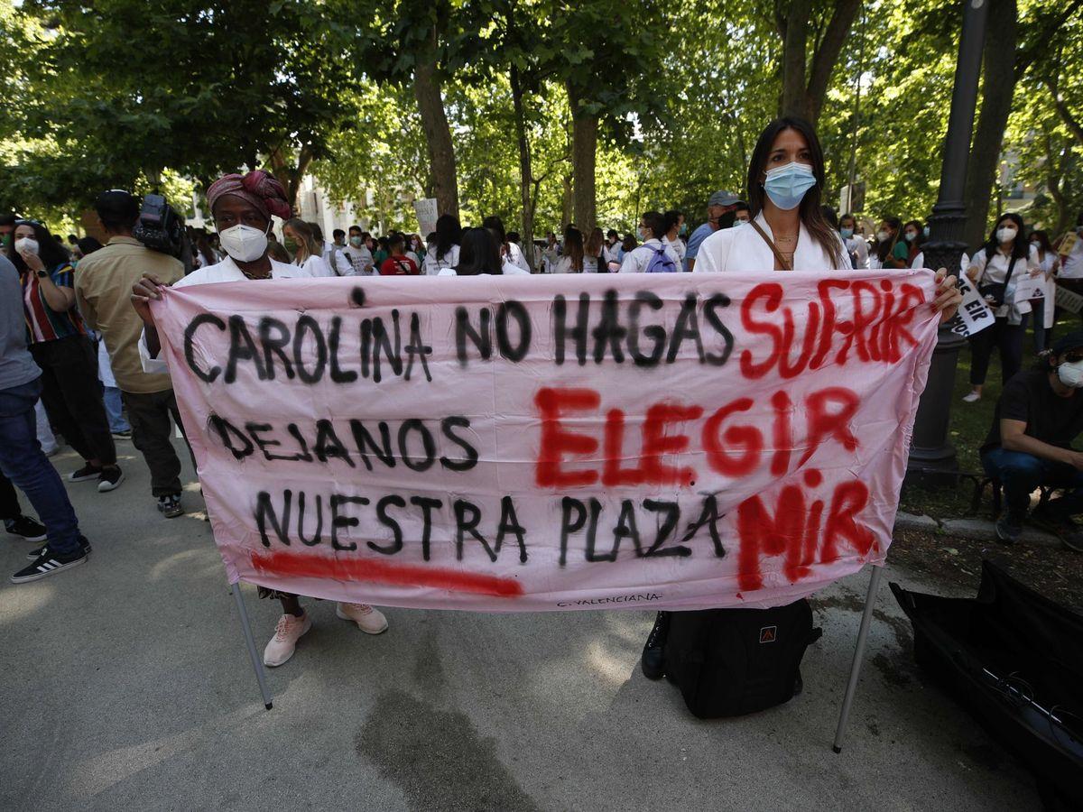 Foto: Médicos Internos Residentes (MIR) protestan a las puertas del Ministerio de Sanidad en Madrid. (EFE)