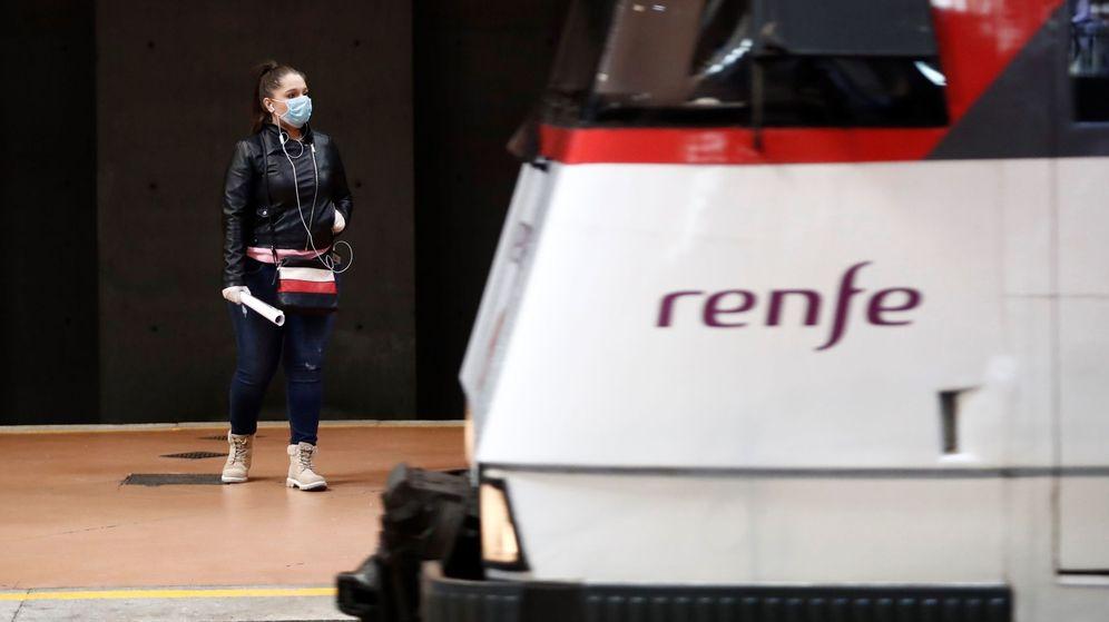 Foto: Una mujer con mascarilla, en la estación de Atocha, en Madrid. (EFE)