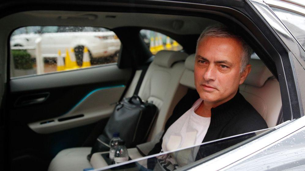 Foto: Mourinho, en su salida del United. (Reuters)