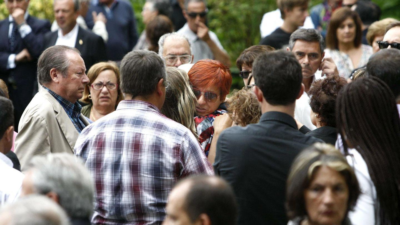 Sandra Ortega recibe el abrazo de una amiga en el entierro de su madre, Rosalía Mera. (EFE)