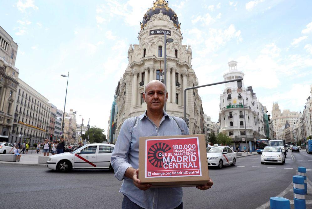 Foto: Entrega de firmas para mantener Madrid Central. (EFE)