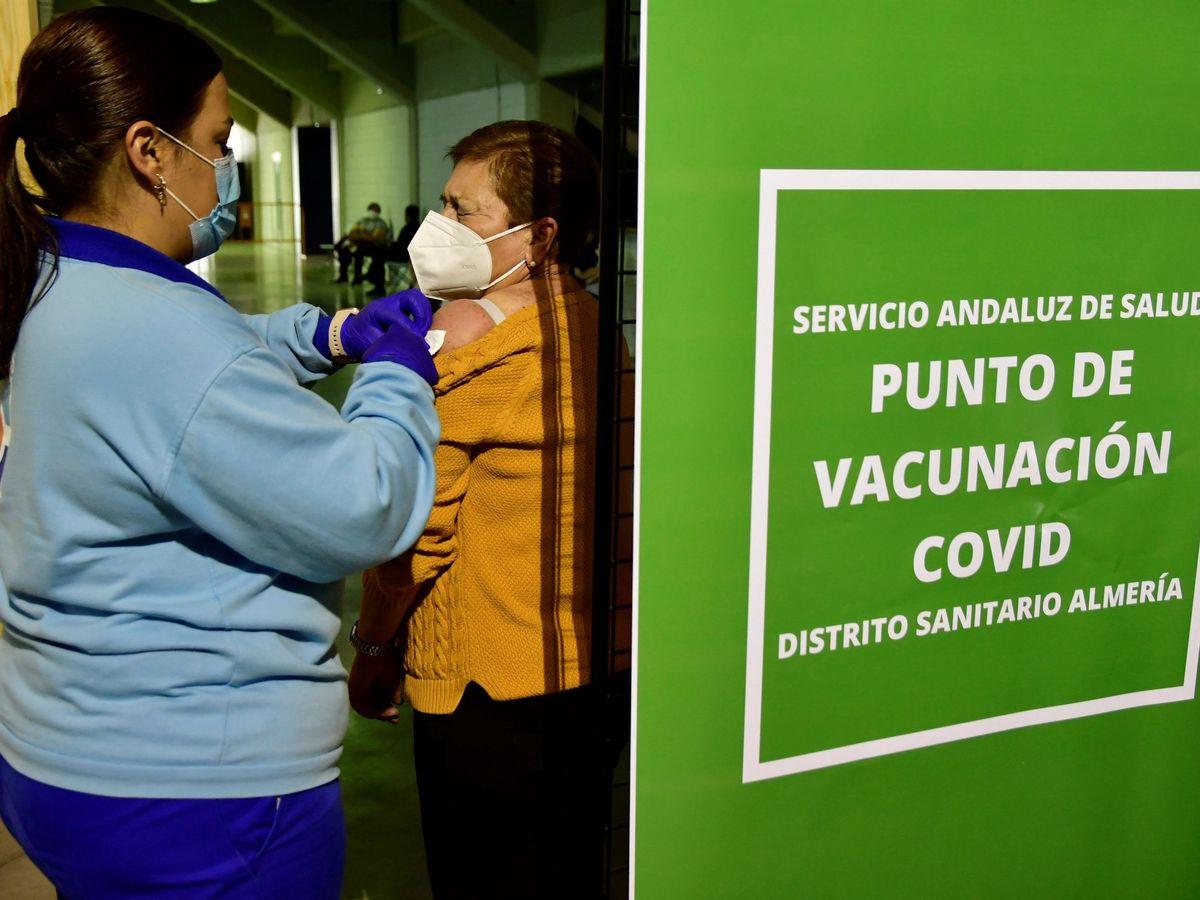 Foto: Una mujer recibe la vacuna contra el covid en Almería. (EFE)