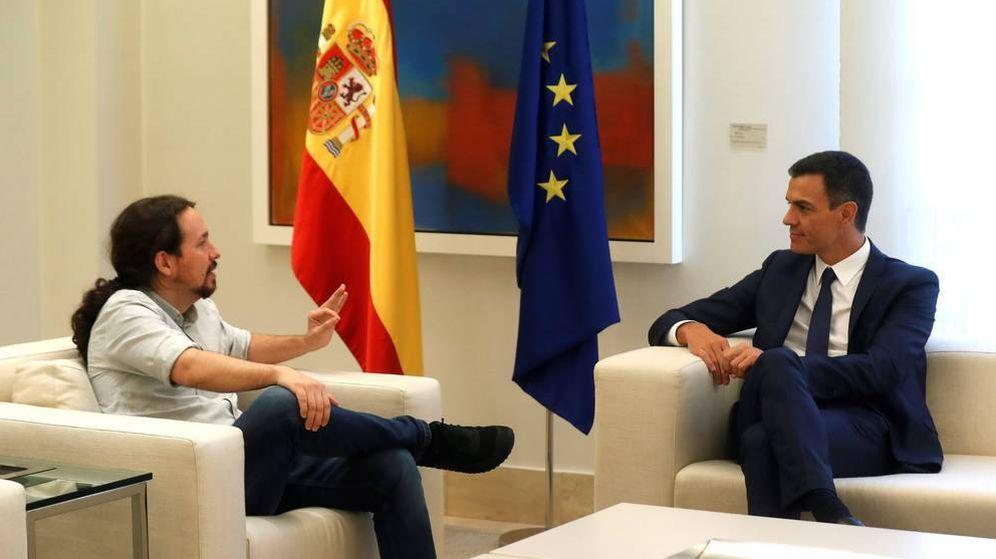 Foto: El presidente del Gobierno, Pedro Sánchez, recibe al secretario general de Podemos, Pablo Iglesias, en Moncloa. (EFE)