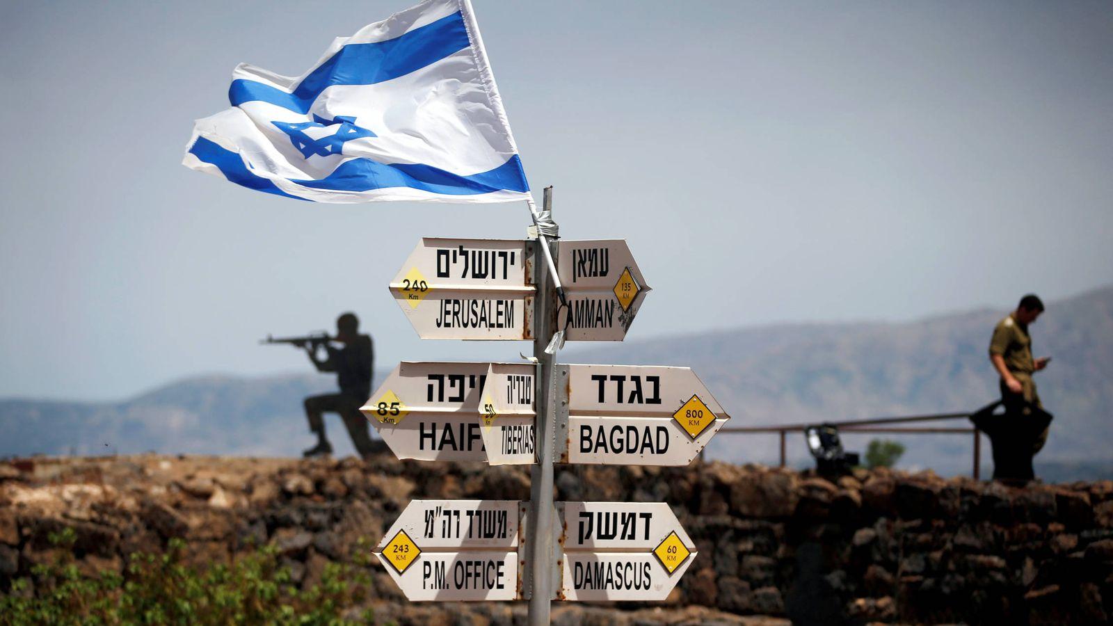 Foto: Un soldado israelí en un puesto de observación en los Altos del Golán. (Reuters)