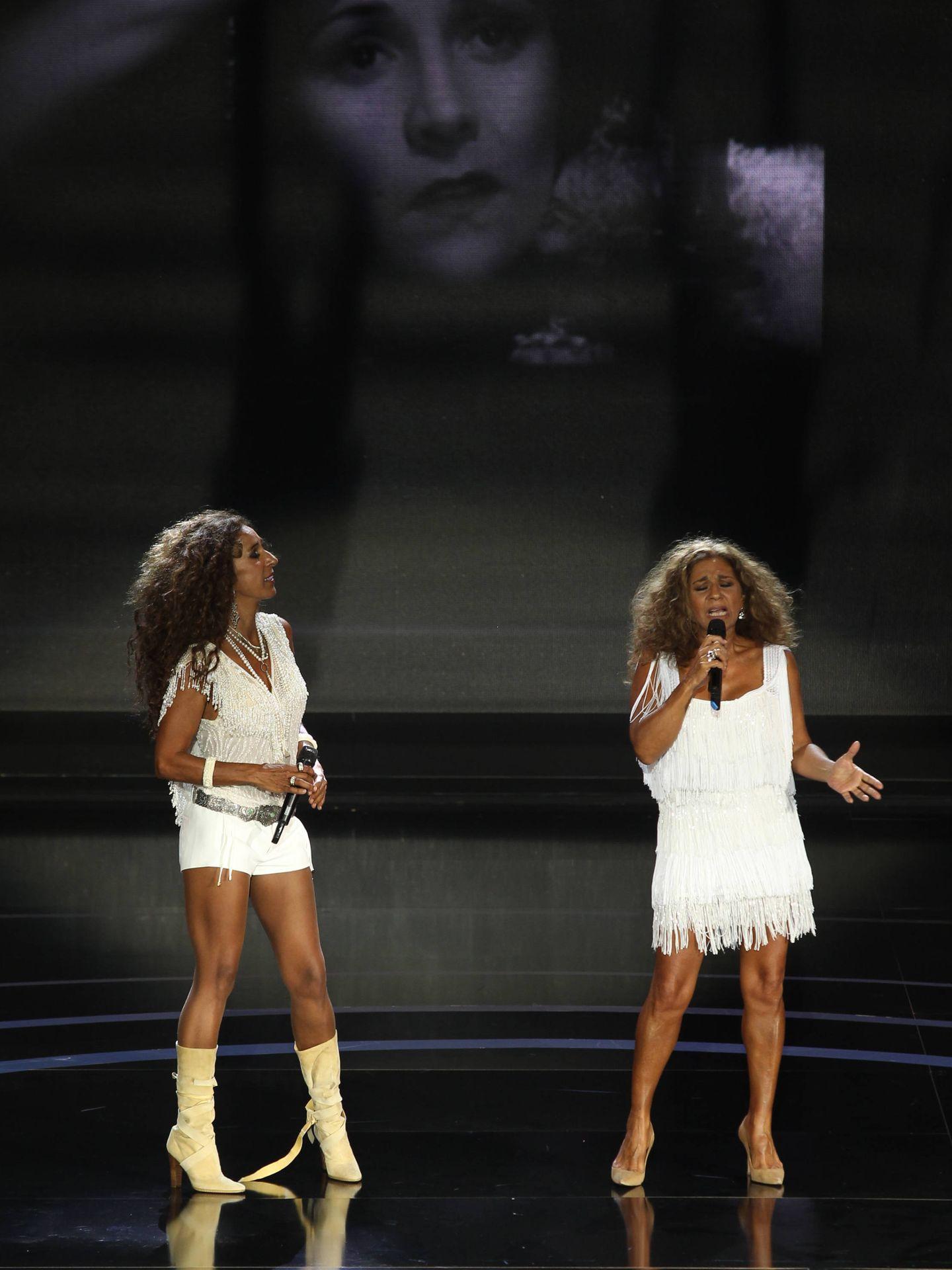 Rosario y Lolita, cantando juntas hace tres años con una imagen de Lola Flores detrás. (Getty)