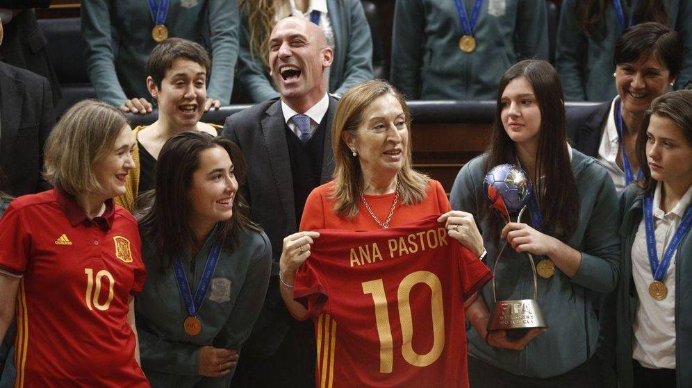 Foto: Luis Rubiales, durante un acto de fútbol femenino con la presidenta del Congreso, Ana Pastor. (EFE)