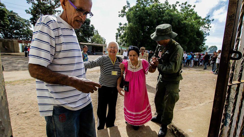 Foto: Una anciana recibe ayuda de un soldado en un colegio electoral en Puerto Ordaz, el 20 de mayo de 2018. (Reuters)