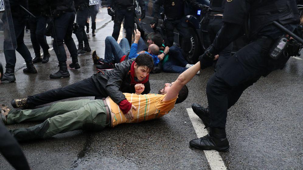 Foto: Incidentes en Cataluña en el día de la votación del referéndum por su independencia (REUTERS)