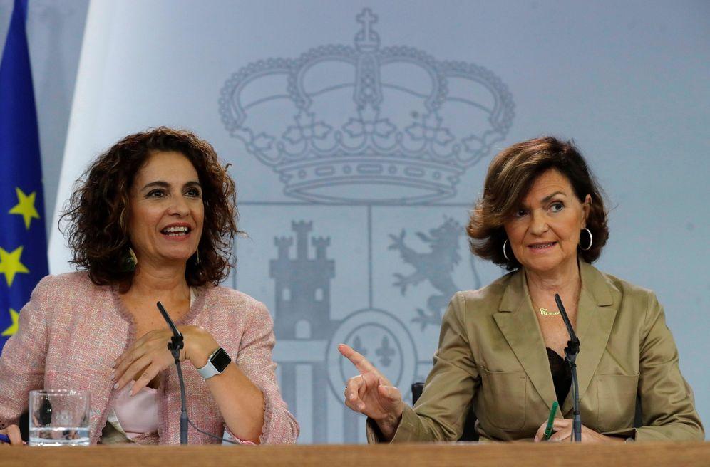 Foto: La vicepresidenta, Carmen Calvo, y la ministra de Hacienda, María Jesús Montero, este 11 de octubre. (EFE)