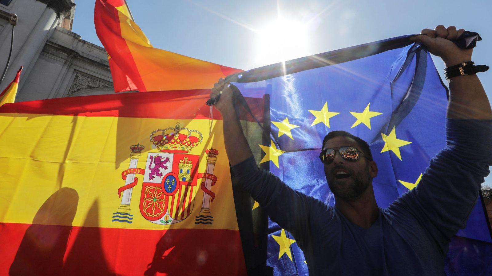 Foto: Un hombre con la bandera española y la de la Unión Europea. (Reuters)