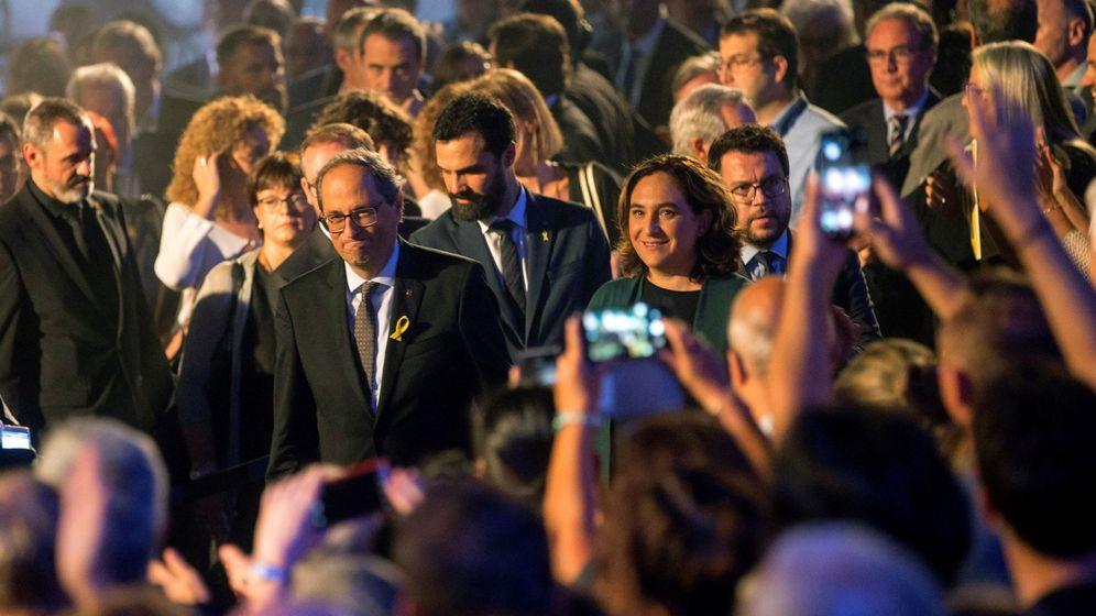 Foto: El presidente de la Generalitat, Quim Torra (i), junto a la alcaldesa de Barcelona, Ada Colau (d), participa en el acto institucional con motivo de la Diada en el Palau de la Generalitat. (EFE)