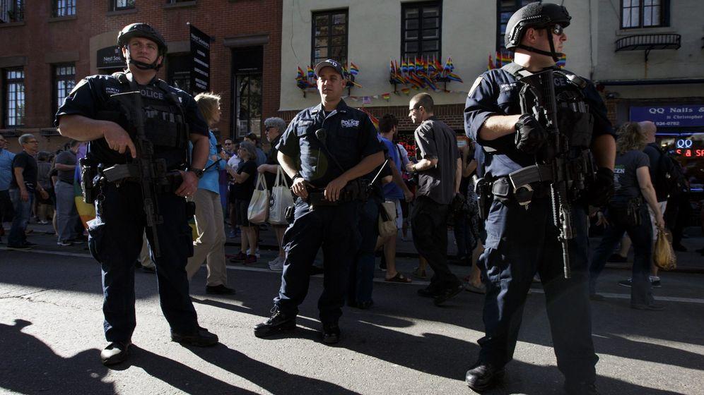Foto: Miembros de la Unidad Antiterrorista de la Policía de Nueva York custodian una vigilia por las víctimas de Orlando, el 12 de junio de 2016 (EFE)