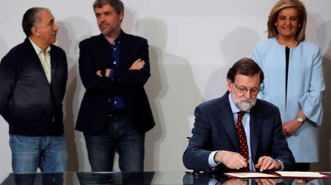 Rajoy firma con los agentes sociales subir el SMI hasta los 850 euros en 2020