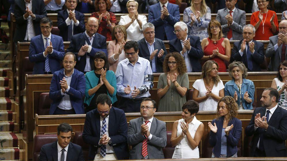 Foto: La bancada socialista aplaude a su líder, Pedro Sánchez tras su intervención en el Congreso de los Diputados. (Efe)