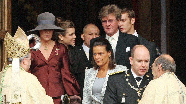 Ernesto de Hannover, saliendo del Te Deum en la catedral junto a la familia Grimaldi. (Cordon Press)