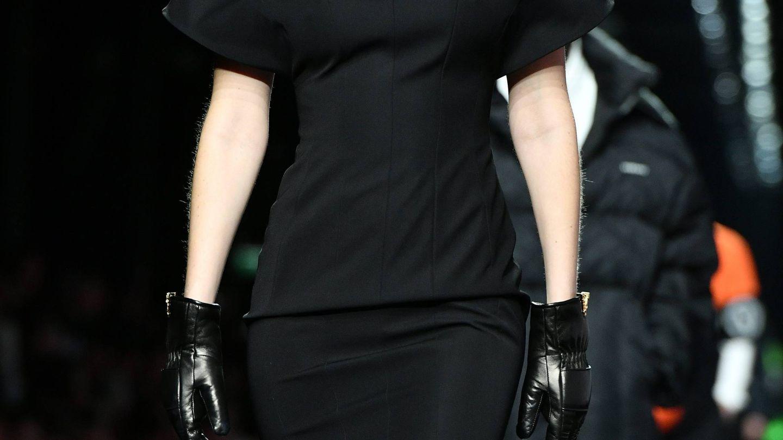 Bella Hadid, en el desfile de Versace. (Cordon Press)