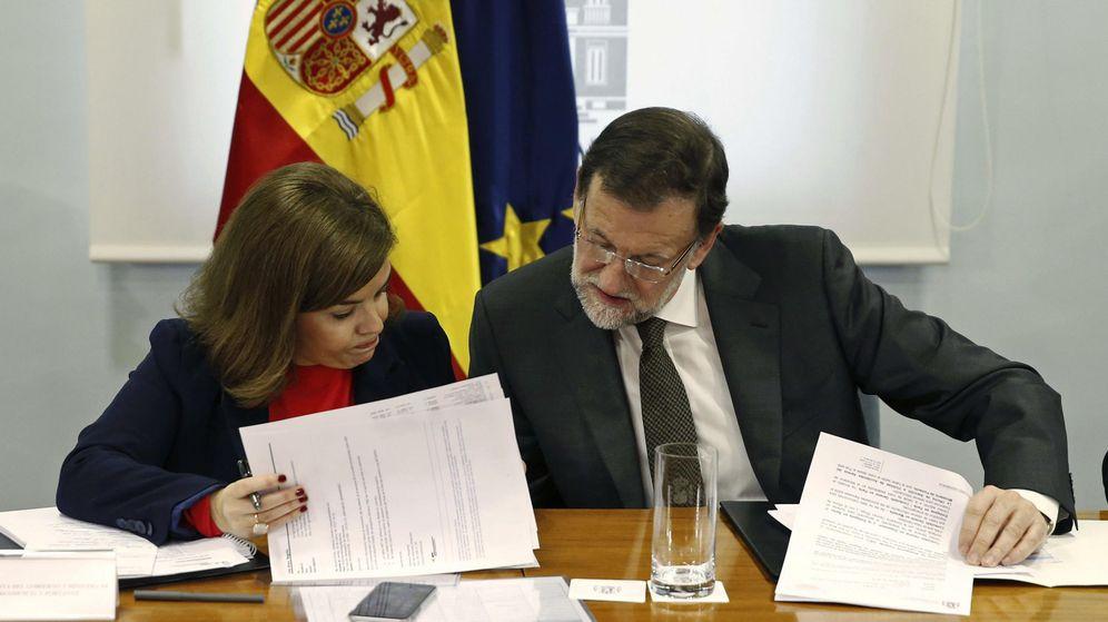 Foto: El presidente del Gobierno, Mariano Rajoy, y la vicepresidenta primera, Soraya Sáenz de Santamaría, durante la reunión del gabinete de crisis (Efe)