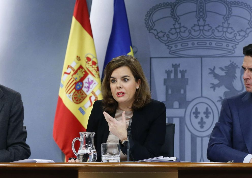 Foto: El ministro de Industria y Energía, José Manuel Soria, junto a Morenés y Santamaría en la rueda de prensa del Consejo de Ministros (Efe)