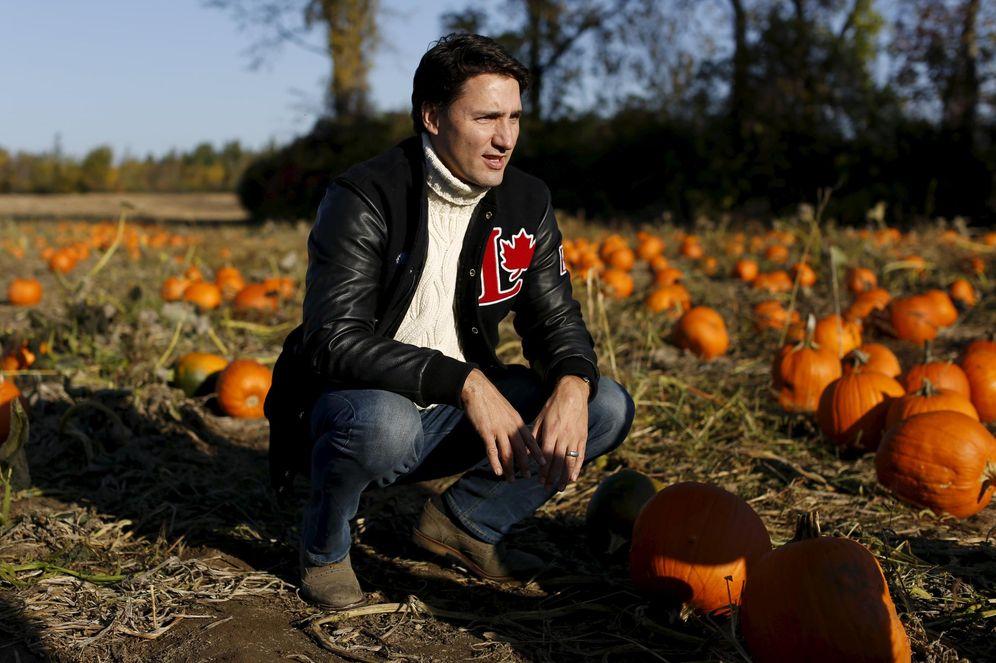 Foto: Justin Trudeau se detiene en un huerto de calabazas de Quebec, Canadá, durante un tour electoral, el 12 de octubre de 2015 (Reuters).