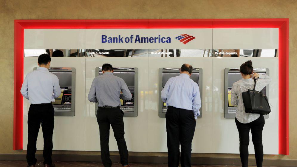 Foto: Usuarios sacando dinero de un cajero de Bank of America en Nueva York. (Reuters)