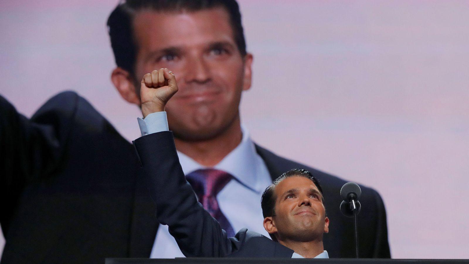 Foto: Donald Trump Jr. saluda a su padre tras intervenir en la Convención Nacional Republicana en Cleveland, en julio de 2016. (Reuters)