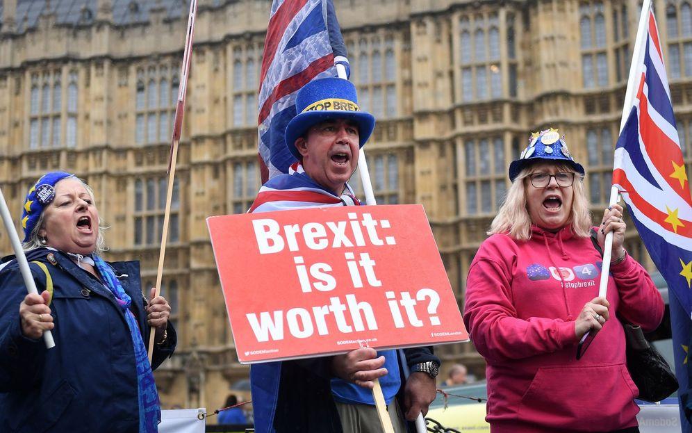 Foto: Manifestantes en contra del Brexit participan en una protesta ante el Parlamento en Londres. (EFE)