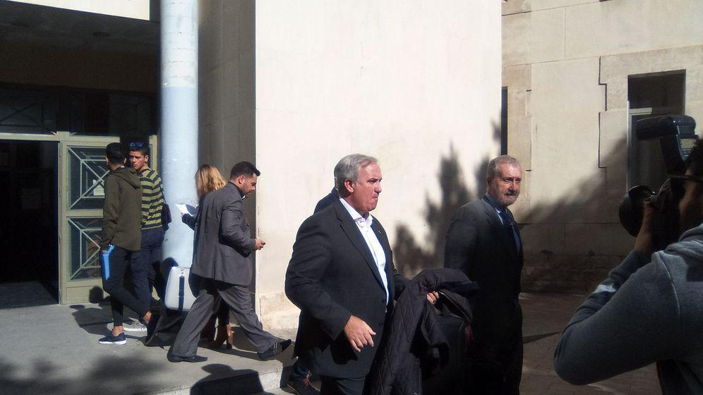 Foto:  El presidente de la Real Federación Española de Taekwondo (RFET), Jesús Castellanos (c), tras declarar como investigado en el juzgado de Instrucción 7 de Alicante. (EFE)