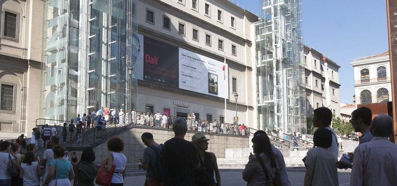 Foto: Cientos de personas hacen cola en el día de hoy ante el museo reina sofía para contemplar la muestra dedicada a salvador dalí. (efe)