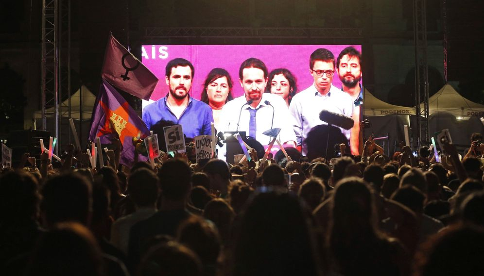 Foto: Simpatizantes de Unidos Podemos escuchan las declaraciones de su líder, Pablo Iglesias, durante su comparecencia el pasado 26-J. (EFE)