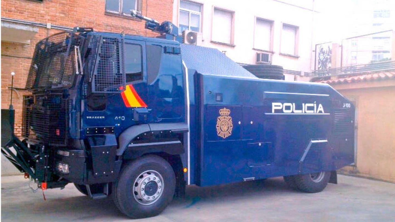Furgón antidistubios de la Policía Nacional con un cañón de agua.