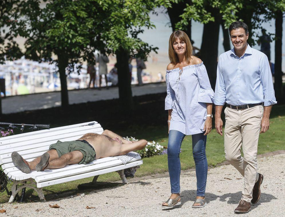 Foto: Pedro Sánchez y la secretaria general del PSE y candidata el 25-S, Idoia Mendia, el pasado 4 de septiembre en San Sebastián. (EFE)