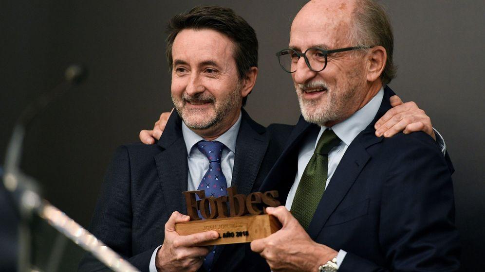 Foto: El presidente de Repsol, Antonio Brufau (d), entrega del premio Forbes al mejor CEO 2018 al consejero delegado de la compañía, Josu Jon Imaz. (efe)