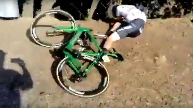 Le robo la bicicleta: un espectador se mofa del duro accidente de Gonçalves en la Volta