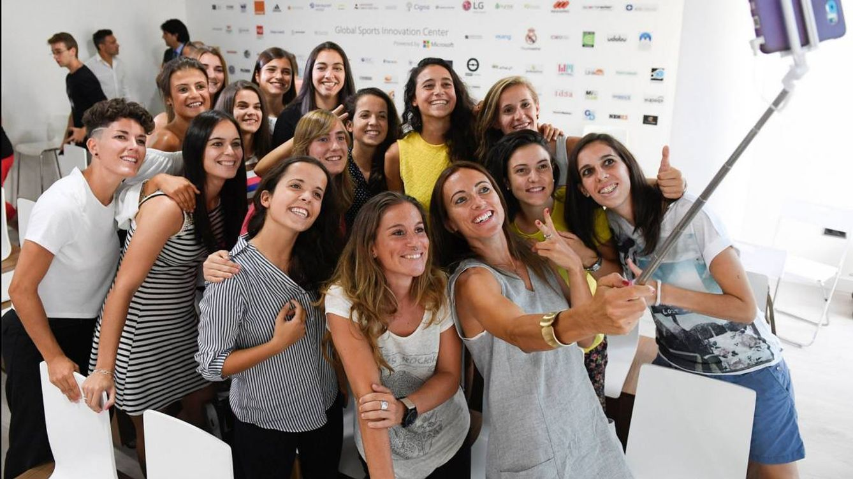 Foto: Las jugadoras del CD Tacón, durante uno de los actos tras el ascenso a la Liga Iberdrola.