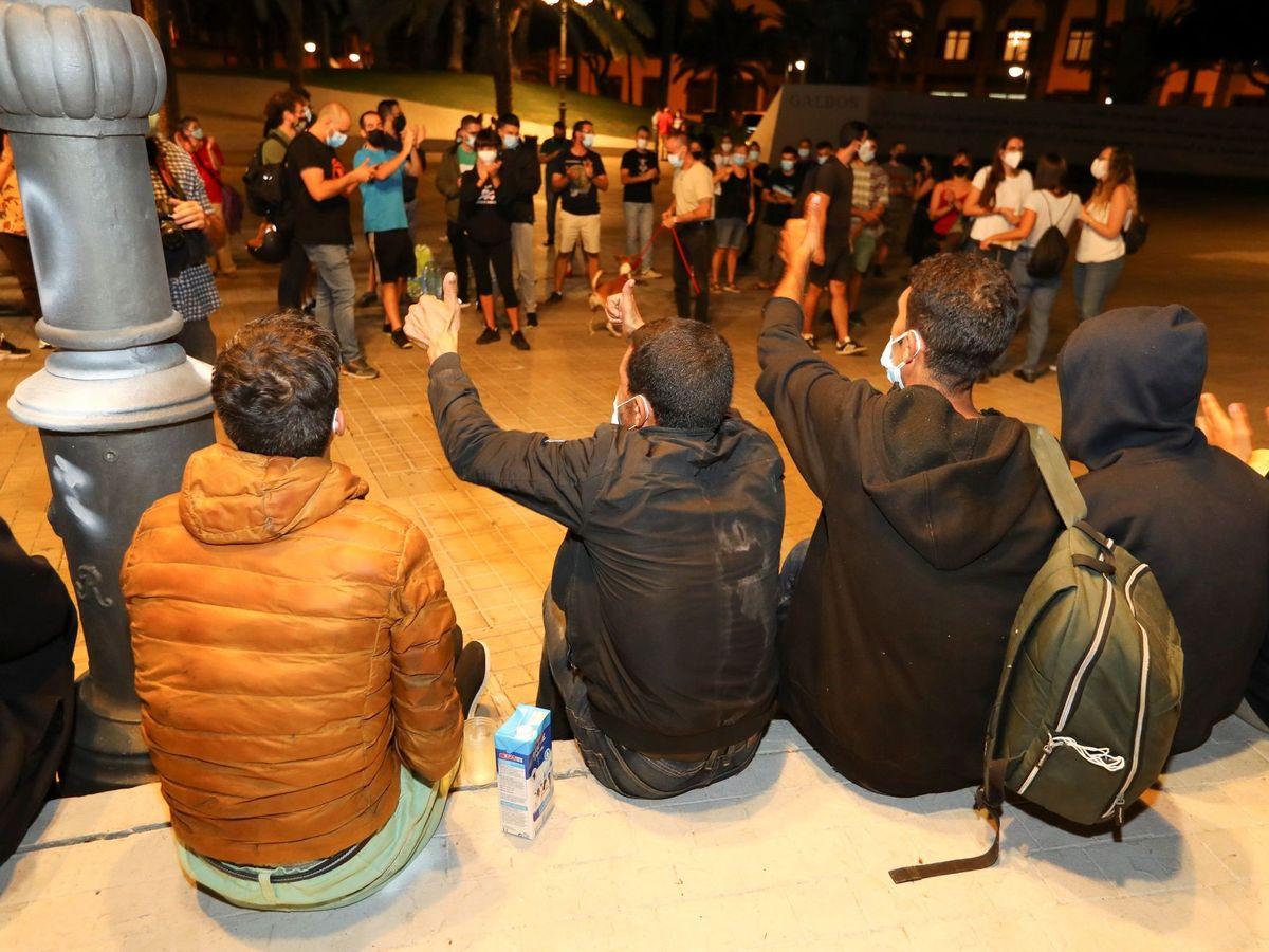 Foto: Inmigrantes marroquíes, frente a la Delegación del Gobierno en Las Palmas. (EFE)