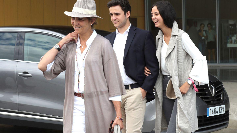 La infanta Elena, con sus dos hijos, Felipe y Victoria. (EFE)