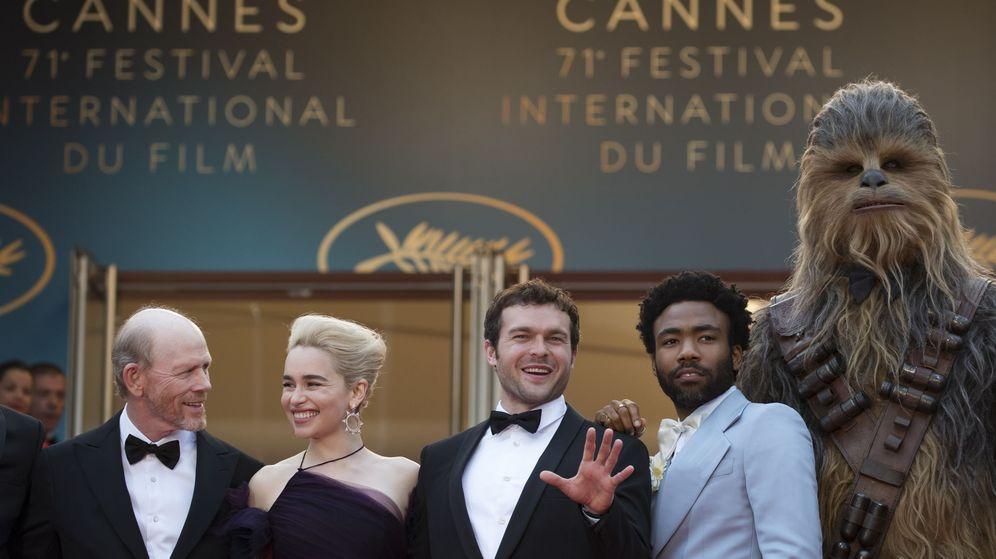 Foto: Ron Howard, Emilia Clarke, Alden Ehrenreich, Donald Glover y Chewbacca en Cannes para presentar 'Solo: una historia de Star Wars'. (EFE)