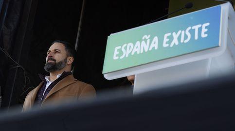 Vox rompe filas y el bloque constitucionalista lo acusa de beneficiar a Puigdemont
