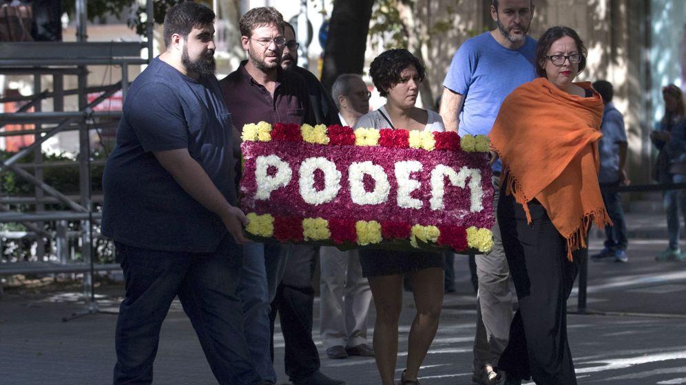 Foto: El líder de Podem, Albano Dante Fachin (2i), en la ofrenda floral al monumento a Rafael Casanova con motivo de la celebración de la Diada. (EFE)
