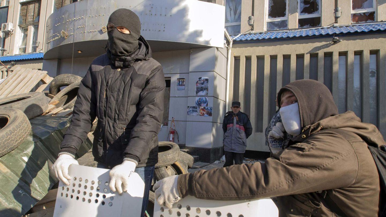 Prorrusos defienden una barricada ante un edificio administrativo en Luhansk (Reuters).
