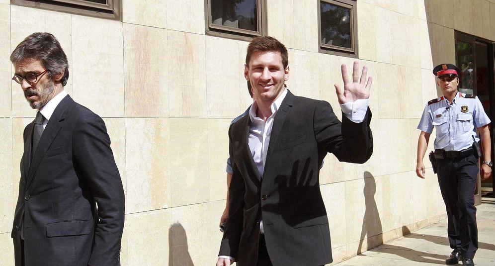 Foto: Lionel Messi sale del juzgado de Gavà, donde declaró acusado de defraudar a Hacienda cerca de 4 millones de euros (EFE)