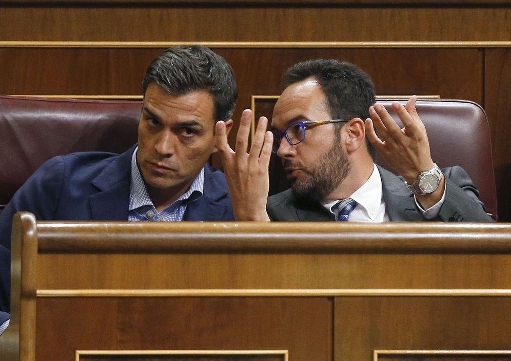 Foto: Antonio Hernando charla con Pedro Sánchez en el que sería su último pleno como secretario general del PSOE, el pasado 27 de septiembre. (EFE)