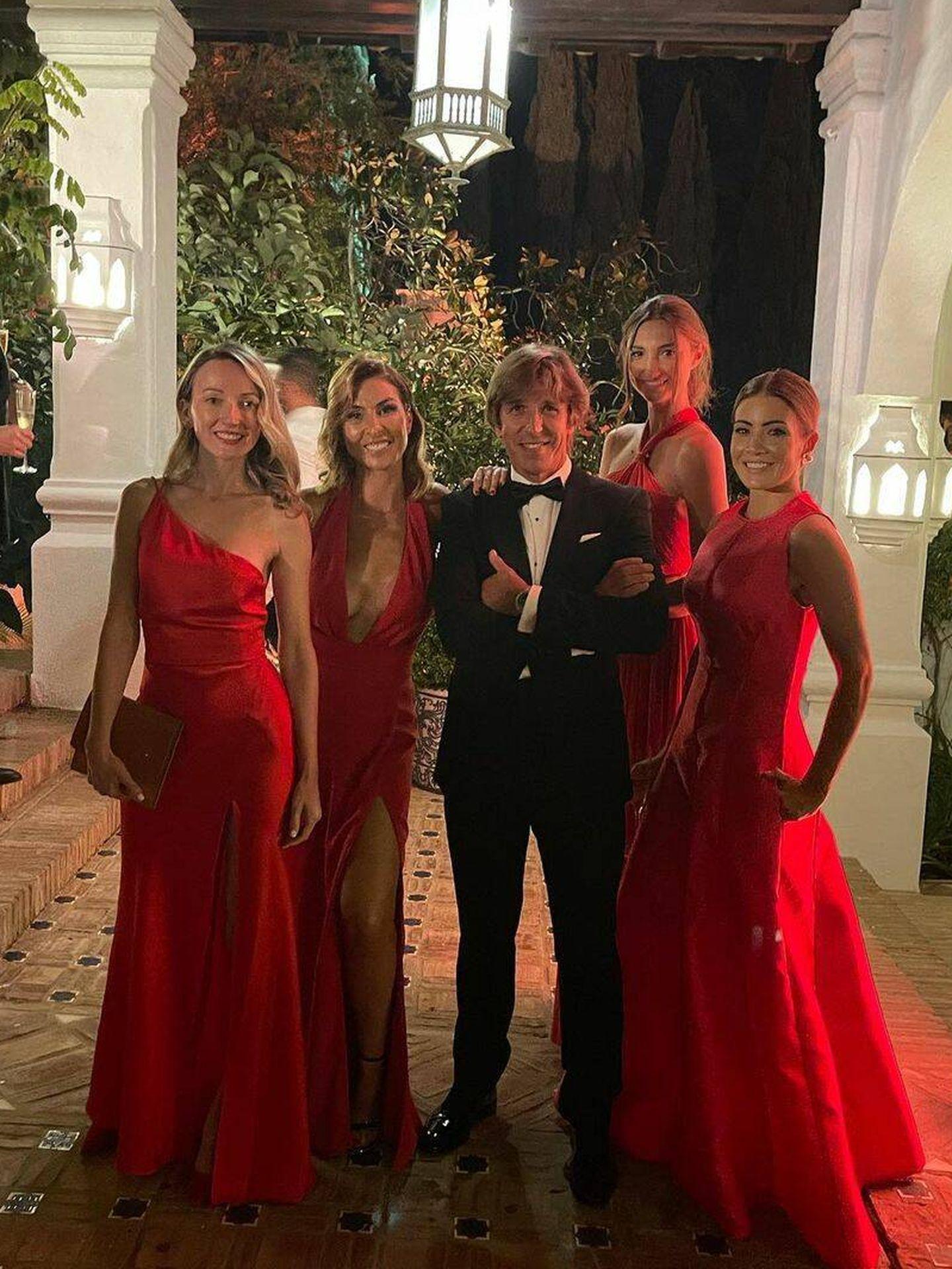 El Cordobés y Virginia Troconis con varias amigas durante la boda. (IG)