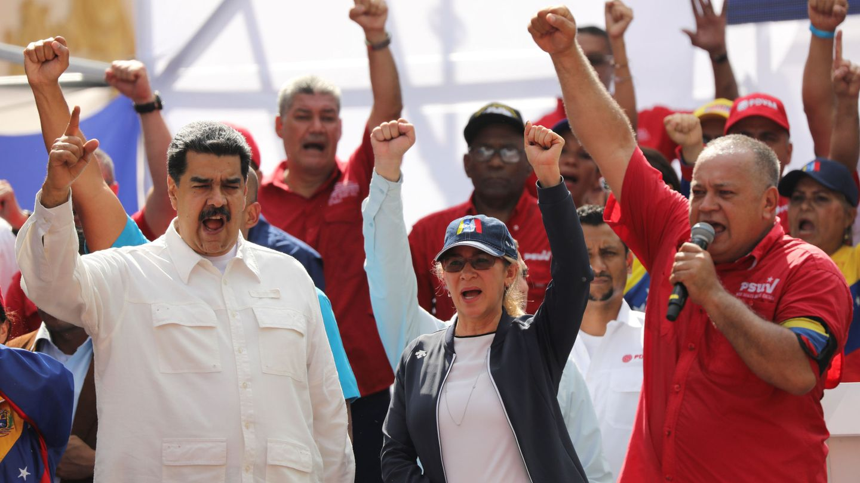 Diosdado Cabello (derecha) arenga a los seguidores del Gobierno de Nicolás Maduro tras las crisis eléctrica de marzo.(Reuters)