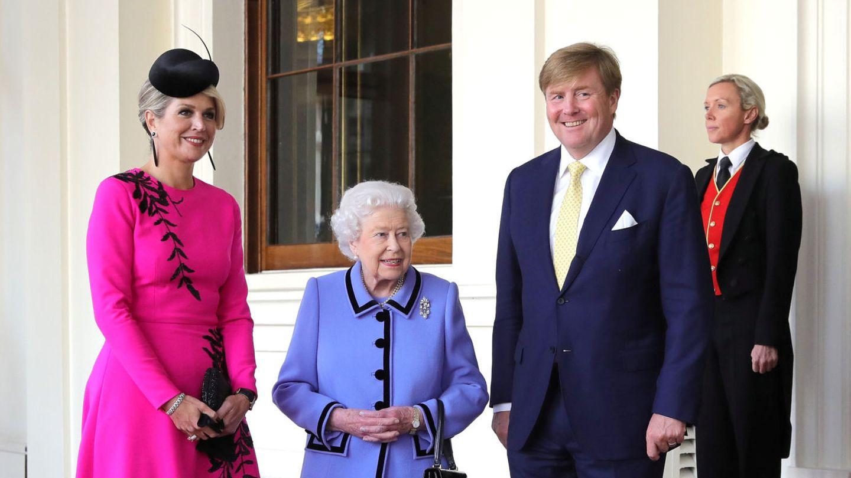 Guillermo y Máxima de los Países Bajos, junto a la reina Isabel. (Reuters)