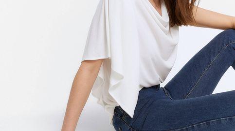 La blusa blanca de 50 euros de Uterqüe que hará que tu vaquero viejo vuelva a ser fabuloso