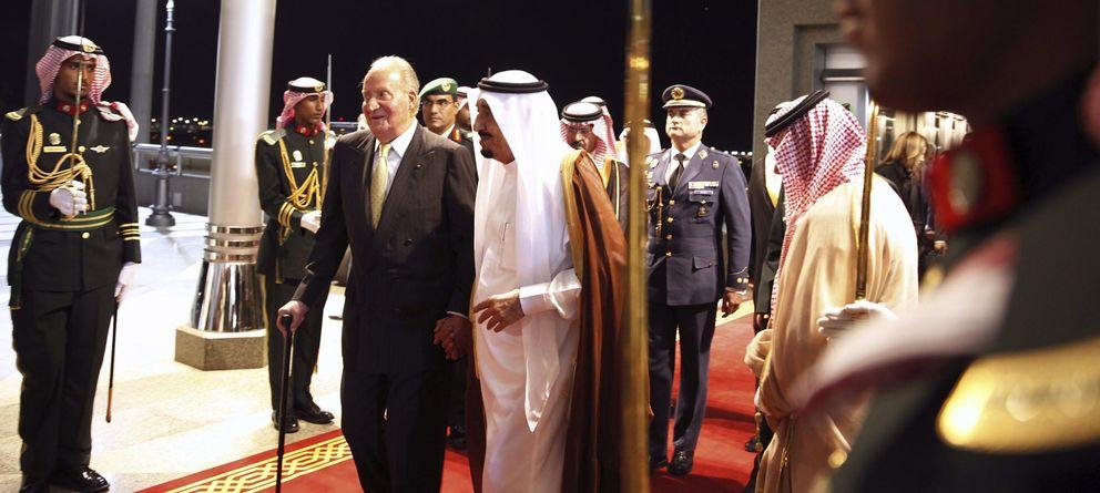 Foto: El Rey Juan Carlos, a su llegada a Arabia Saudí. (Efe)